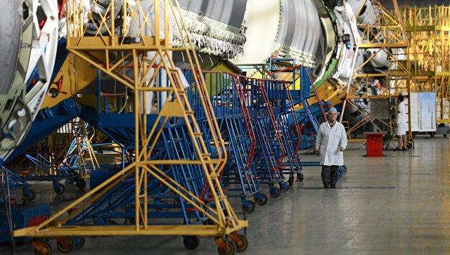 В цехе сборки ракет-носителей Протон в космическом научно-производственном центре имени М.В. Хруничева. Архивное фото