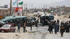 Поврежденные автобусы на месте взрывов от атаки террористов-смертников в Кабуле. Афганистан, 30 июня 2016 года