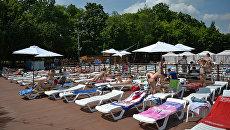 Люди отдыхают на городском пляже Порт на ВДНХ в Москве. Архивное фото
