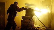 Украинский военнослужащий стреляет из пулемета в Авдеевке. Архивное фото
