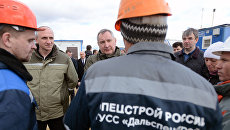 Дмитрий Рогозин общается с рабочими на строительстве космодрома Восточный. Архивное фото