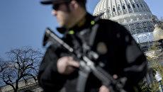 Полицейский у здания Капитолия в Вашингтоне