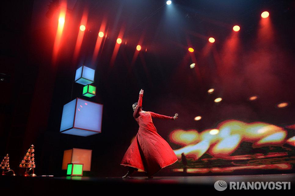 Выступление артистов на торжественном открытии ИННОПРОМ-2016 в ККТ Космос в Екатеринбурге