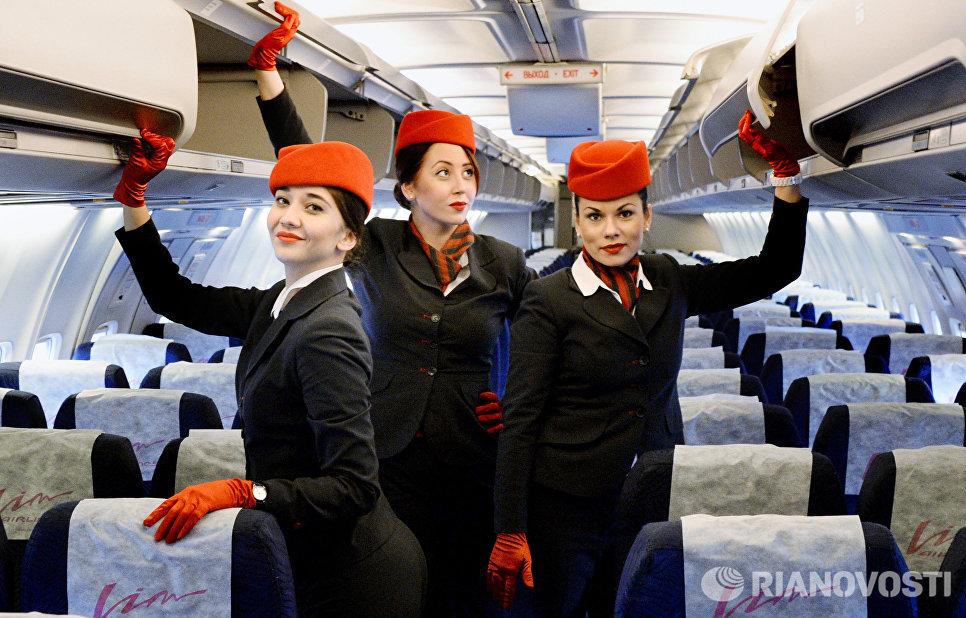 Стюардессы авиакомпании Вим Авиа в самолете Boeing 757-200, который 2 декабря 2015 года отправляется в первый рейс по маршруту Владивосток - Москва