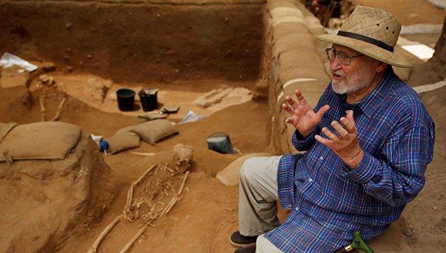 Профессор археологии Лоуренс Стагер во время раскопок на кладбище в израильском городе Ашкелон