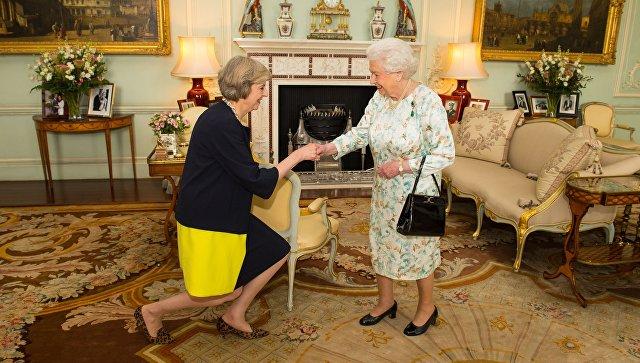 Королева Елизавета II приветствует Терезу Мэй. Архивное фото