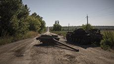 Сгоревшая военная техника в поселке Коминтерново Донецкой области. Архивное фото