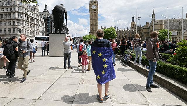 Мужчина с флагом ЕС на Парламентской площади Лондона, Великобритания. Архивное фото