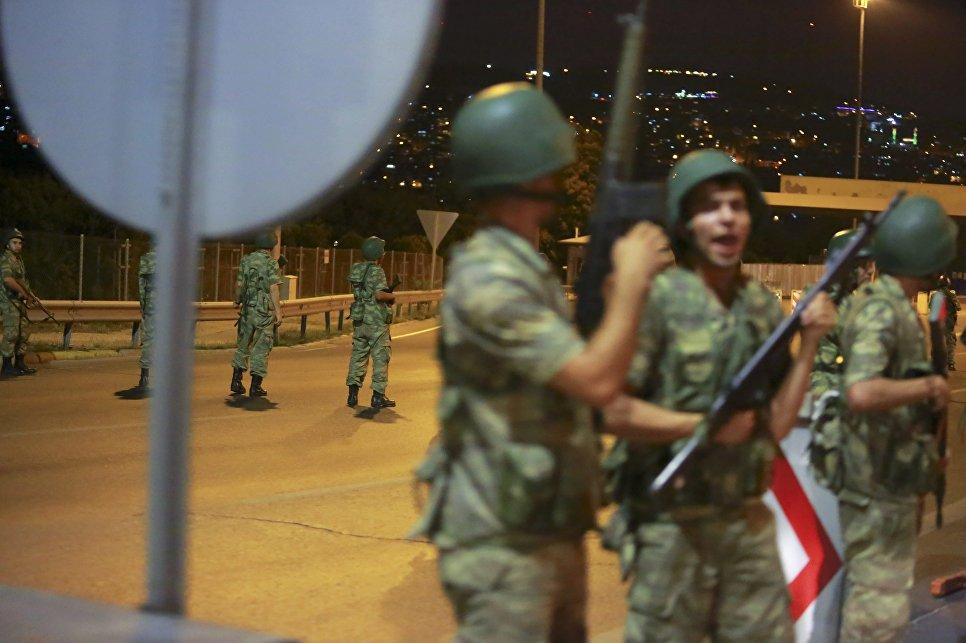 Военные у моста через пролив Босфор в Стамбуле