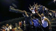 Люди на танке в Анкаре, Турция