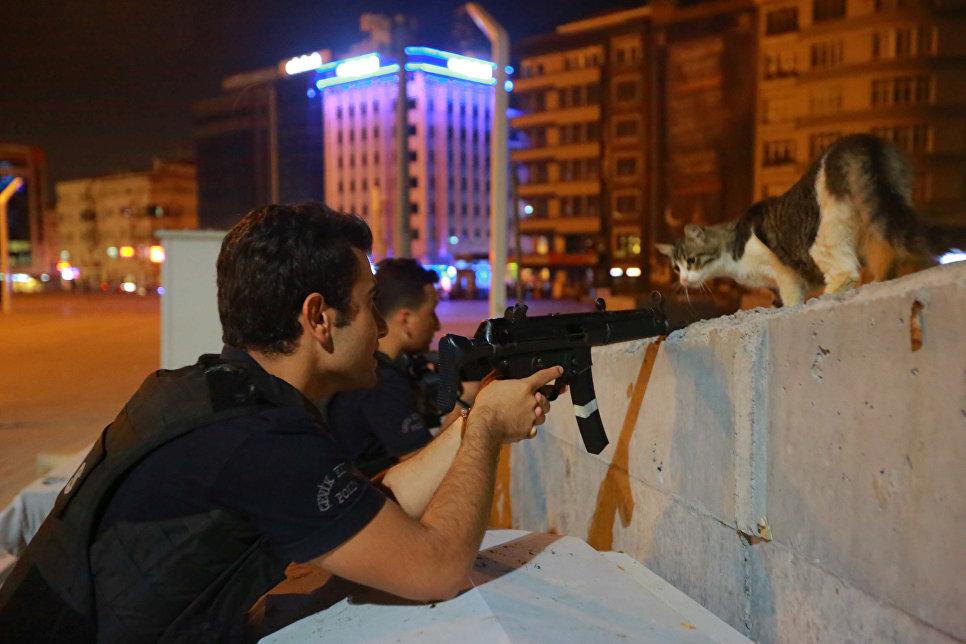 Вооруженные сотрудники полиции в Стамбуле, Турция