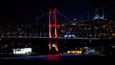Мост через пролив Босфор в Стамбуле. 16 июля 2016