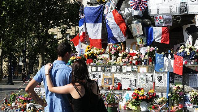 вечи и цветы на площади Республики в Париже в память о погибших в результате теракта в Ницце 14 июля 2016 года