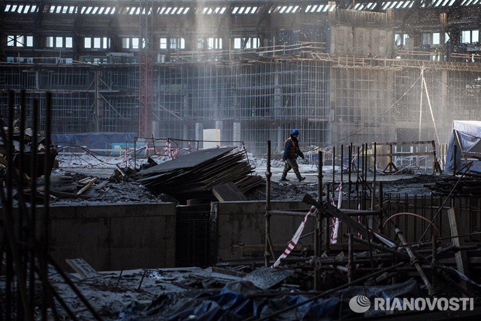 Рабочий на строительной площадке Большой спортивной арены Лужники в Москве, где проходят работы по реконструкции стадиона