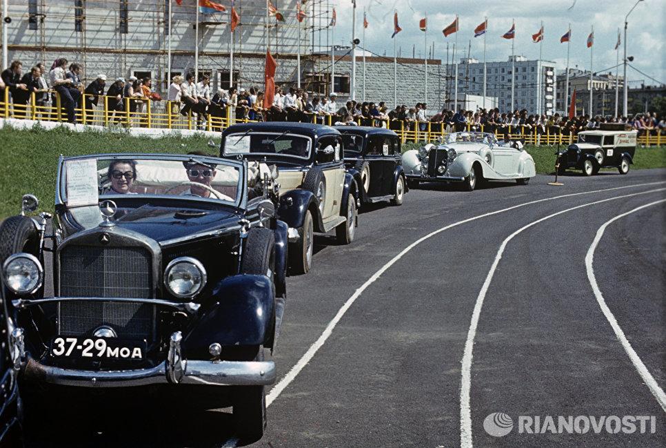 Редкие экземпляры на параде старинных автомобилей на стадионе Лужники
