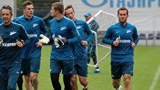 Игрок ФК Зенит Александр Кержаков (справа) на открытой тренировке