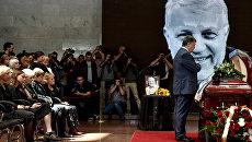 Президент Украины Петр Порошенко на церемонии прощания с погибшим в Киеве журналистом Павлом Шереметом в Украинском доме. 22 июля 2016 года