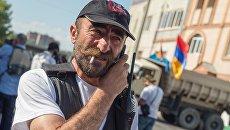 Отец арестованного Арама Манукяна, лидер группы Сасна црер Павлик Манукян на территории захваченного полка полиции в Ереване. Архивное фото