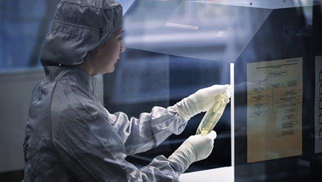 Участок вторичной упаковки и визуального контроля инфузионного раствора антибиотика завода. Архивное фото