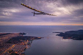 Самолет на солнечный батареях Solar Impulse 2 над Сан-Франциско, США