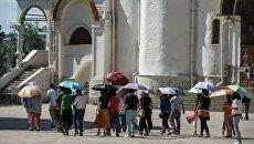 Иностранные туристы на Соборной площади Московского Кремля
