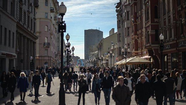 Прохожие на улице. Архивное фото