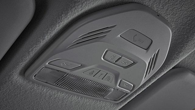 Кнопка системы экстренного оповещения Эра-ГЛОНАСС в салоне автомобиля Lada Vesta