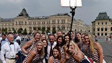 Министр спорта РФ Виталий Мутко и игроки женской сборной России по гандболу на Красной площади