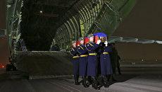 Самолет военно-транспортной авиации Минобороны России доставил из Анкары тело Героя Российской Федерации, командира экипажа Су-24 Олега Пешкова