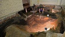 Археолог во время раскопок на месте демонтированного 14-го корпуса Московского Кремля