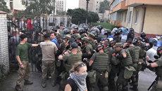 Радикалы дрались с полицией и кидали дымовые шашки у здания суда в Киеве
