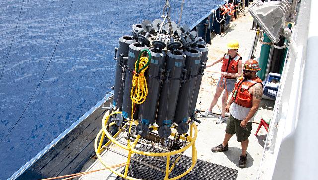Баки с образцами воды, где были найдены бактерии - киллеры