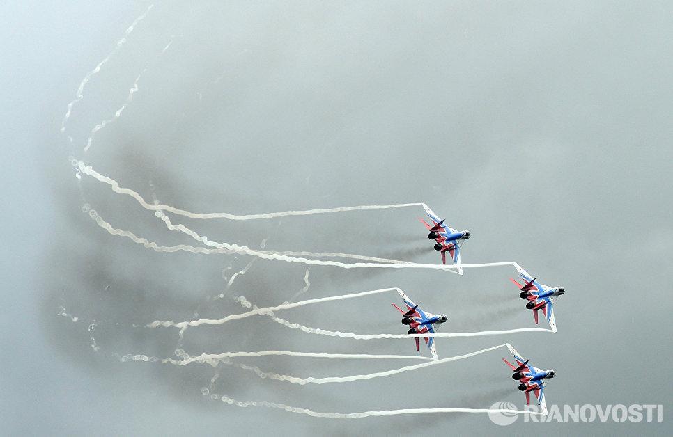 Многоцелевые истребители МиГ-29 пилотажной группы Стрижи во время всероссийского этапа международного конкурса Авиадартс-2016