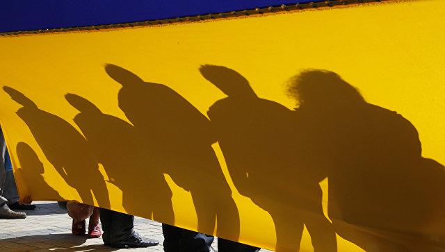 Люди с флагом Украины. Архивное фото