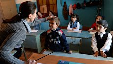 Учительница начальной школы в Дагестане во время урока. Архивное фото