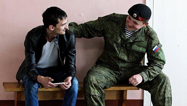Морской пехотинец общается с призывником на сборном призывном пункте во Владивостоке. Архивное фото