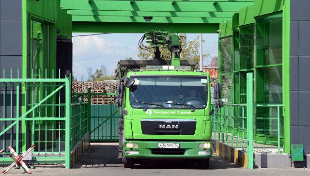 Эвакуатор выезжает с территории спецстоянки администрации Московского парковочного пространства. Архивное фото