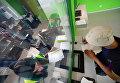 Водитель оплачивает штраф за нарушение правил парковки и хранение автомобиля на спецстоянке администрации Московского парковочного пространства