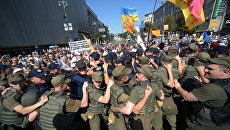 Сотрудники правоохранительных органов и военнослужащие внутренних войск вытесняют обманутых вкладчиков, перекрывших Крещатик в Киеве