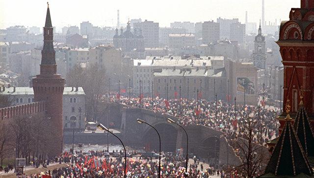 Участники первомайской демонстрации в центре Москвы. 1987 год