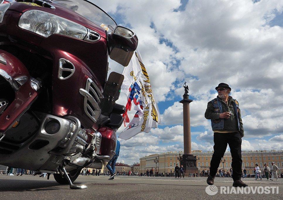 Участник парад мотоциклов в рамках мотофестиваля St.Petersburg Harley® Days на Дворцовой площади