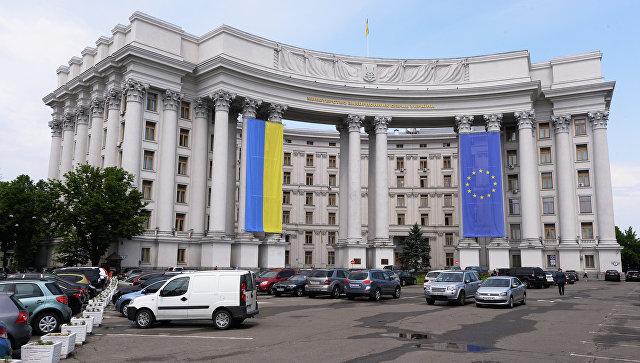 Здание МИДа Украины с национальным флагом Украины и флагом Евросоюза на фасаде
