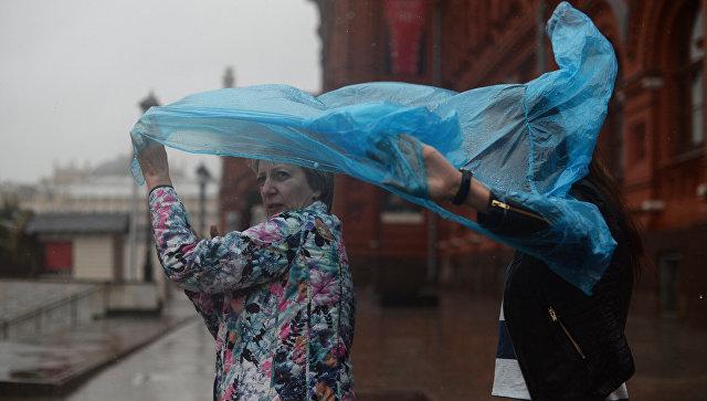 Женщины во время дождя на одной из улиц Москвы. Архивное