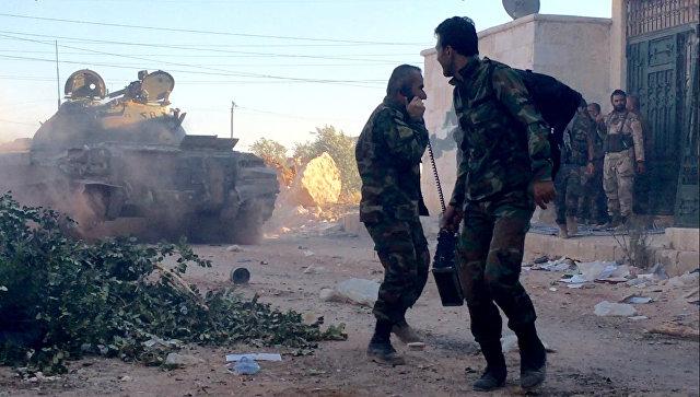 Бойцы сирийской армии во время наступления в районе училища тыла на юго-западе Алеппо в Сирии. Архивное фото