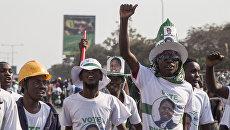 Сторонники президента Замбии Эдгара Лунгу празднуют результаты президентских выборов в Лусаке. 15 августа 2016