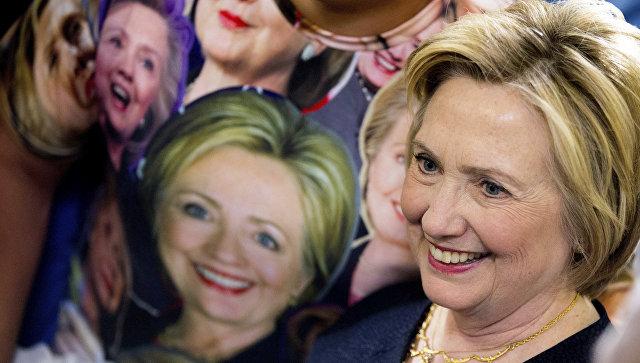 Кандидат в президенты США от Демократической партии Хиллари Клинтон фотографируется со своим сторонником в штате Огайо