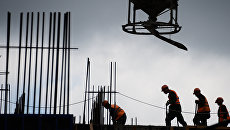 Рабочие на строительстве жилого комплекса в Москве