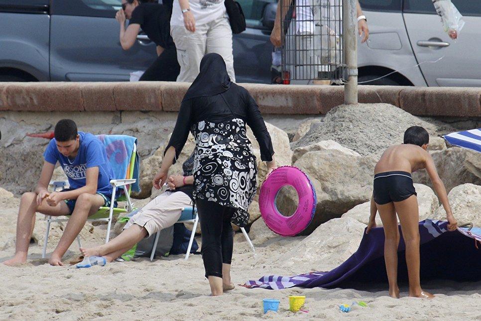 Половина граждан России против запрета наношение хиджаба вшколах