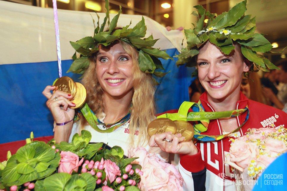 Пятикратные олимпийские чемпионки Светлана Ромашина и Наталья Ищенко во время церемонии встречи в аэропорту Шереметьево