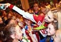 Спортсменка сборной России Анастасия Близнюк фотографируется с поклонницами во время церемонии встречи в аэропорту Шереметьево